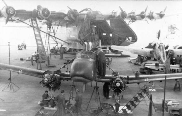 bundesarchiv-bild-101i-670-7418-33-reichsgebiet-flugzeugwerft-mit-me-323-fw-58.jpg